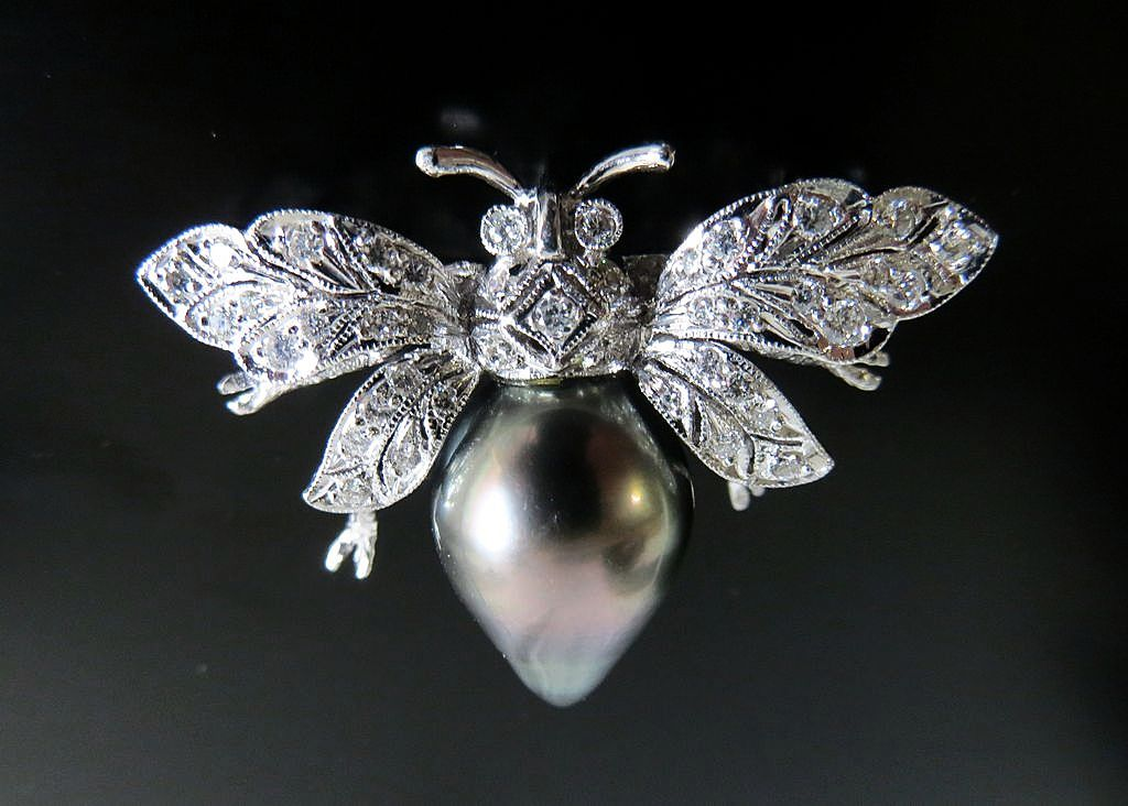 Lady's Fabulous 18K Gold Diamond & Pearl Bee Brooch