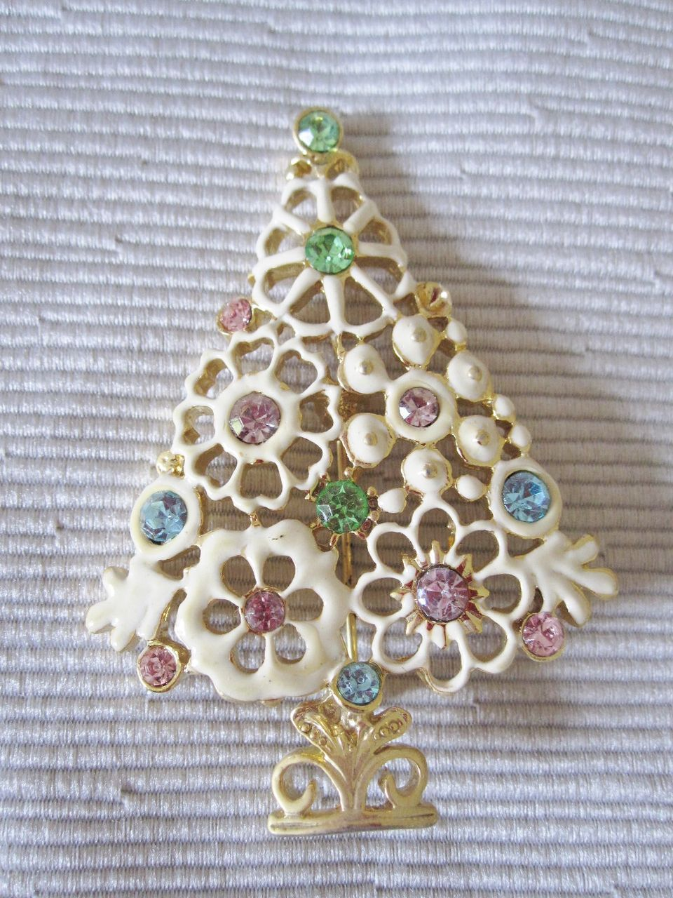 Christmas Tree Flower Power : Love this unique flower power christmas tree vintage