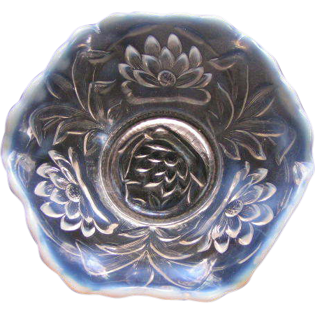 Fenton berry bowl; opalescent ruffle edge