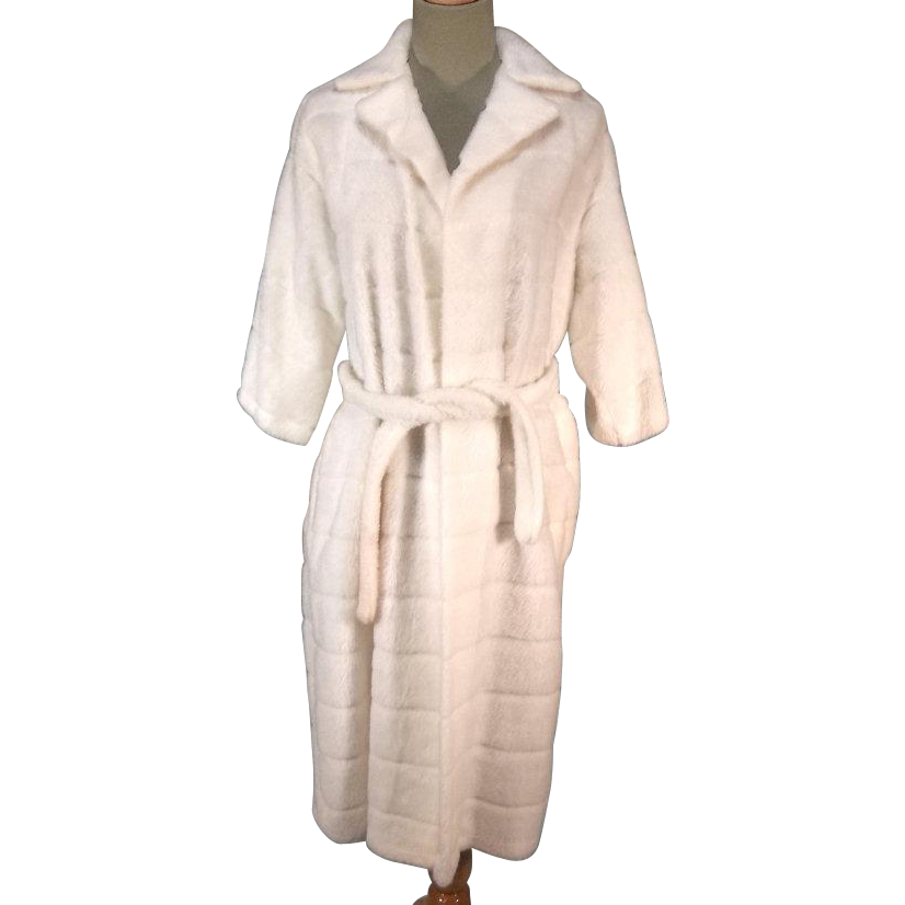 Cozy Plush 50s-60s Ladies White Faux Fur Clutch Coat
