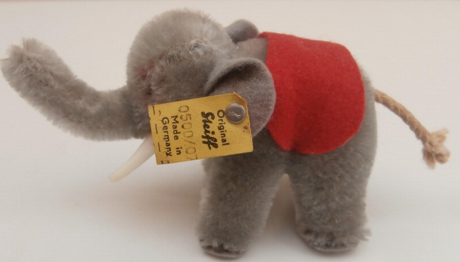 Gorgeous Steiff Elephant, 1968 to 1977, Steiff Button and Flag