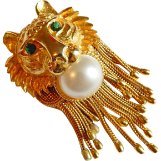 Rare PAULINE RADER Emerald rhinestone eye lion Simulated pearl dangling mesh chain brooch pendant