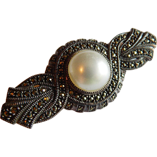 Sparkling Signed JUDITH JACK Sterling Silver Marcasite Simulated pearl Deco style brooch
