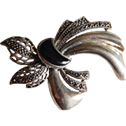 Lovely STERLING Silver Marcasite Onyx stone ribbon large Brooch pin