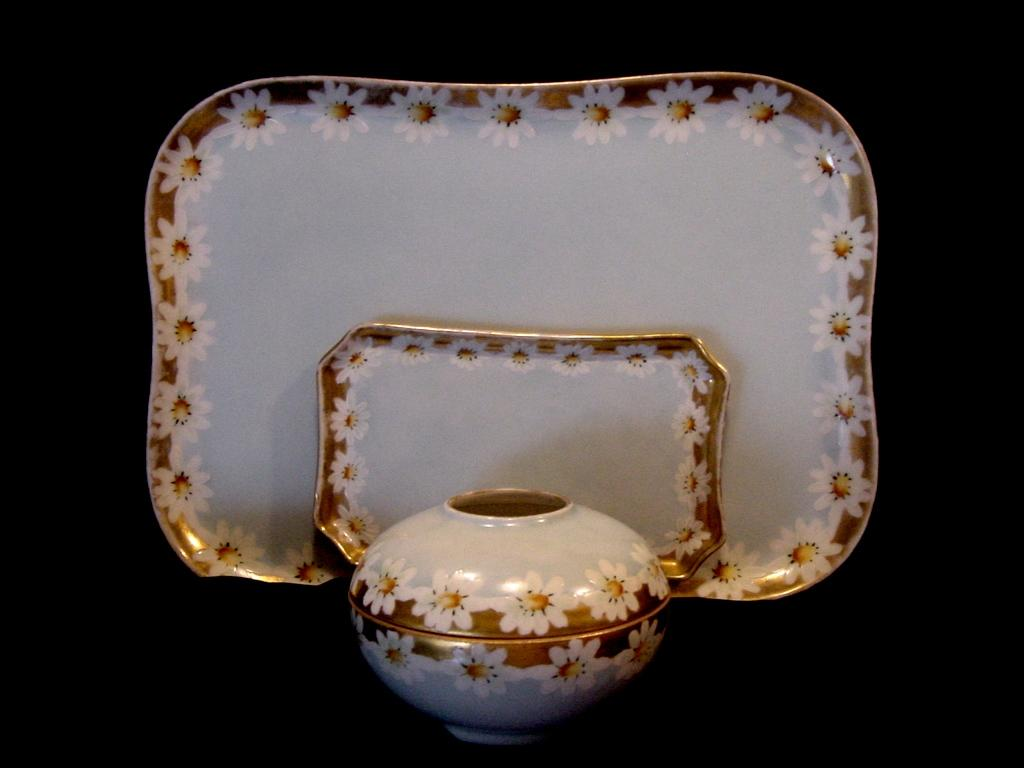 Adorable Limoges Porcelain 3 Piece Dresser Set ~ Hand Painted with White Daisies ~ Klingenberg/Dwenger  & Plainemaison  1890-1910