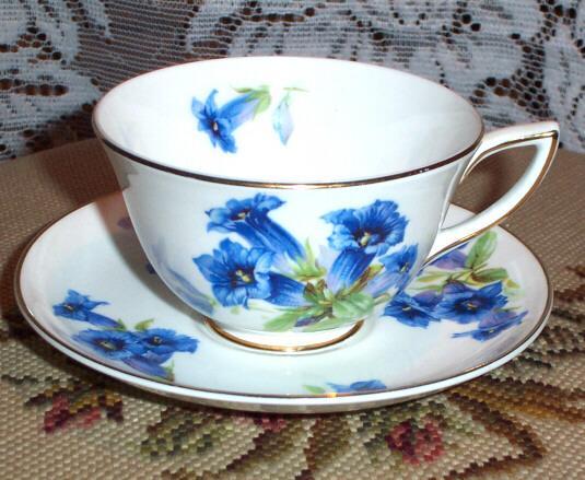 A Pretty Vintage Royal Doulton Bone China Tea Cup & Saucer Floral Motif
