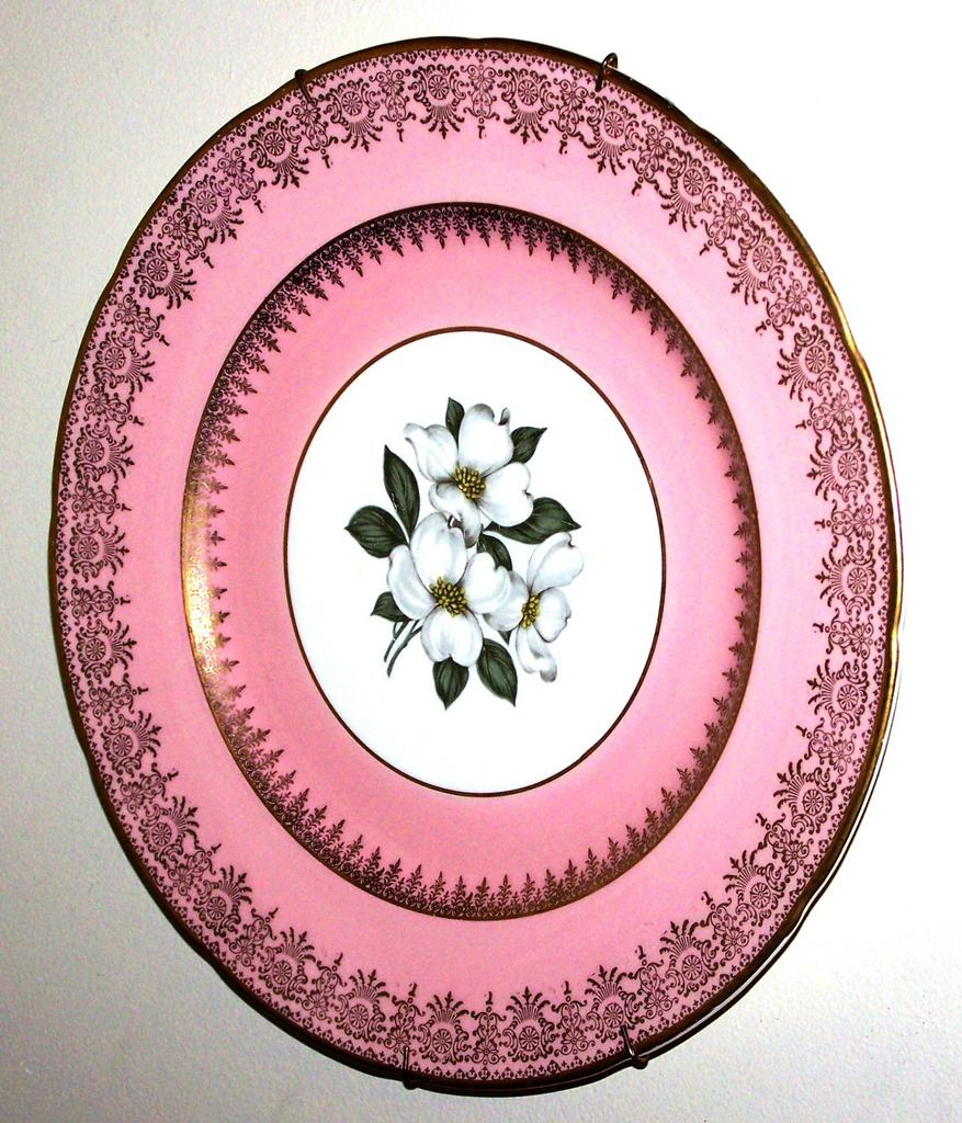 Earthenware Plate Trillium Floral Motif Sovereign Potters Canada
