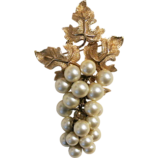 """Vintage Dangling """"Grapes"""" Faux Pearls Brooch Pin"""