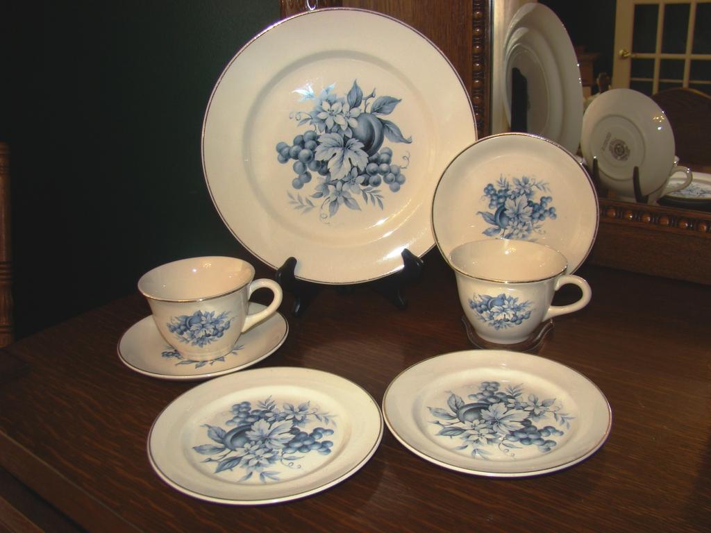 Universal Potteries Camwood Ivory Blue Fruit Pastry Set ~ 22 Carat Gold