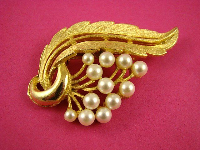 Gorgeous Imitation Pearl and Gold Tone Brooch