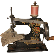~~~ Lovely Small Doll´s Sewing Machine in Store Box ~~~