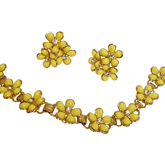 1950's Demi Parure - Yellow Daisy Bracelet and Earrings Set - Vintage Thermoset and Rhinestones Jewelry