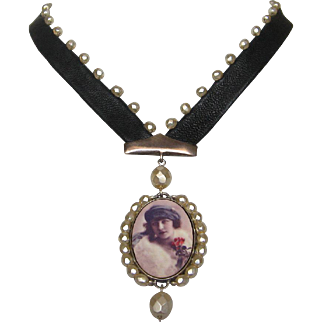 Romantic woman cameo silver pendant Czech crystal beads leather necklace